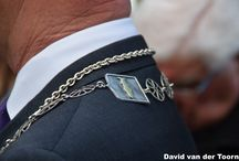 Raadsleden / Pavlona toneel griftland Onderscheidend voor raadsleden, hoed, burgemeestersketting oid