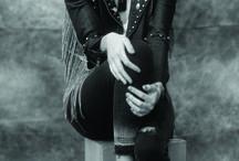 FW 17 ·  Denim / En camisas, camperas & skinny jeans. Roturas, gastados, lavados, y remaches cuentan una nueva historia de este ícono. Esta temporada, junto al cuero, habla el lenguaje del desenfado y la osadía.