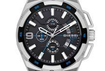 Diesel Heavyweigh / Diesel Heavyweight Herren Kollektion-Wenn Sie eine unauffällige Uhr suchen, sind Sie bei Diesel falsch! Mit den Armbanduhren im XL-Design ernten Sie neidische Blicke. Die Uhren überzeugen nicht nur durch ihre Größe, sondern sind auch überaus robust verarbeitet. Besonders interessant sind die Chronographen mit Dual-Zeit Funktion.