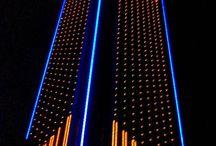 Iluminación Edificios en el mundo / Son muchos los edificios tanto actuales como industriales cuyas fachadas iluminadas los convierten en verdaderas joyas luminosas