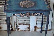 Mesa antigua patinada en azul con detalles plateados