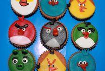 Kinder Cupcakes / Deze kleine cakejes zijn uitermate geschikt voor de kleine hap. Ze kunnen in vele smaken en kleuren gemaakt worden. Daarnaast kan de cupcake op verschillende manieren versierd worden waardoor er voor iedere gelegenheid wel een keuze te vinden is. De cupcakes worden altijd vers gebakken waardoor u verzekerd bent van een heerlijke lekkernij.