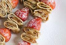 pannenkoeken met aardbei jam met verse aardbei op een stok