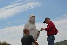 Statua Madonna Regina della Pace / Rifacimento del dito danneggiato della statua della Madonna Regina della Pace che è sul Podbrdo a Medjugorje