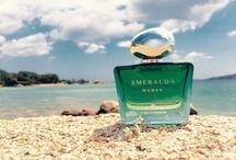 Smeralda - Profumi / Smeralda Woman di Acqua di Sardegna: un profumo che dapprima risveglia i sensi assopiti con note chiare di agrumi e foglie di violetta e poi avvolge di bellezza colei che l'indossa con gemme preziose che si chiamano mimosa, gelsomino e mandorlo. Smeralda Woman, una fragranza sensuale ed emozionante racchiusa, ma non celata, dalla boccetta di un verde limpido e brillante come il mare di una caletta.