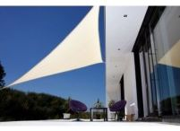 Sluneční clony / Sluneční clony nám v mnoha věcech usnadňují život. Clony na objektivy, do auta, ale i na zahradu! Zahradní sluneční clona skvěle nahrazuje klasický slunečník a může být pro vaši zahradu perfektním desénovým doplňkem. Sluneční clona ale kromě toho může chránit před paprsky i váš balkon. V nabídce se nachází také kvalitní clona na balkon. Taková balkonová clona vám plně zajistí stín a díky ní budete moci trávit i v horkých letních dnech čas na svých balkonech.