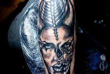Monik Tattoo / Monik Tattoo este un salon de tatuaje si body-piercing  profesionist cu sediul in Bucuresti .Salonul este echipat conform standardelor CE. Folosim echipamente de la companii internationale de profil, cu renume in domeniu, ace de unica folosinta, pigmenti organici, etc. Suntem o echipa de tatuatori cu experienta, fapt pentru care timpul de asteptare pentru a primi o programare este foarte scurt. Pentru programari ne gasiti pe adresa de facebook :Monik Tattoo, sau la numarul de telefon: 0756057743