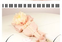 "LUMANARI DE BOTEZ MUZICALE, BY TONI MALLONI / TRUSOURI DE BOTEZ & LUMANARI BOTEZ FETITA CUSTOM MADE "" O MICA VIOARA"" | DESIGNER TONI MALLONI WWW.C-STORE.RO Lumanare in forma de vioara, lumanare de botez muzicala"