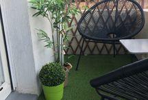Beau extérieur et intérieur / Balcon en centre ville aménagé avec une pelouse synthétique