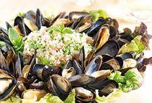 Mosselen / Mosselen zijn niet alleen lekker, maar ook heel gezond. Ze bevatten veel eiwitten, weinig vet en zijn rijk aan mineralen, kalk, fosfor en vitaminen. Ook dragen onze Zeeuwse mosselen het MSC keurmerk, lekker duurzaam dus.