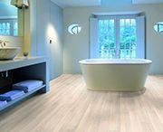 AQUA-STEP vízálló laminált padló / Az Aqua-Step  megjelenése óta a víz és a laminált padló összhangja nem kérdés többé. Az Aqua-Step vízálló laminált padló burkolható konyhába, fürdőszobába, mosókonyhába, tehát minden olyan helyiségbe, ahol a padló vízzel való érintkezése megszokott. Nem kell attól tartania, hogy a padló felpúposodik, hiszen az Aqua-Step vízálló laminált padló semmilyen légköri körülmény között sem púposodik fel.