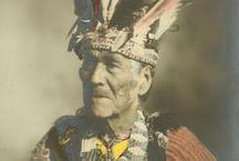 Passamaquoddy Chiefs  / Les Passamaquoddys, également appelés Étchemins (peut-être confondus avec les Malécites) par les Français, sont une tribu amérindienne d'Amérique du Nord. Elle se nomme elle-même Peskotomuhkati ou Pestomuhkati. ... Aujourd'hui, ils habitent Indian Township Reservation dans le Comté de Washington dans l'est du Maine et dans le Comté de Charlotte au Nouveau-Brunswick. Wikipédia