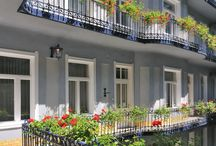 Baross City Hotel*** / The family-friendly Baross City Hotel*** is located in Budapest centre, next to Keleti International Railway Station. The hotel is set in a charming, affectionately renovated building from the end of the 19th century. Most of the elegantly furnished, well-equipped rooms and apartments face the quiet inner courtyard and offer peaceful relaxation.