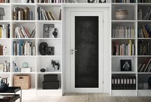 Köksdörrar / Det finns många möjligheter när det kommer till att välja dörr in till köket. Väl en dörr med blackboard eller whiteboard, där man kan skriva inköpslista eller familjens veckoplanering. Eller kanske en glasdörr som släpper in ljus?