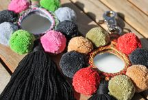 """Pompom Anhänger aus Indien von ETHNIC STYLES / Die dekorativen """"camel swags"""" kommen in orientalischen Ländern traditionell zum Schmücken von Kamelen zum Einsatz. Dank des Karabiners können sie nun als hübscher Schlüssel-, Handtaschen-, Halsketten-Anhänger u.v.m. verwendet werden.  Zugleich sind sie ein praktischer Taschenspiegel für den letzten Beautycheck vor einem Date."""