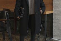černý kabát + hnědý svetr