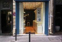 Boutique Paris - Saint Germain / Idéalement située en plein cœur du quartier de Saint-Germain des Près, notre 2e boutique parisienne vous offrira une pause délicate aux douces teintes bleutées.  Graine de pastel - Saint Germain, 18 rue du dragon 75006 Paris