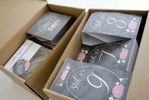 """""""Malowane kwiaty"""" tablicowe - dodatki / Dodatki z motywem malowanych kwiatów ~~~ kolekcja 2014 by minwedding ~~~ motyw przewodni: rustykalne wesele, tablicowe tło, malowane kwiaty, hortensje, eustomy ~~~ kolory przewodnie: tablicowe tło, czarny, kremowy, różowy, eko ~~~ projekt, wykonanie, zdjęcia: minwedding more on: http://minwedding.pl/blog/?p=4027 ~~~ zaproszenia zaproszenia ślubne wedding invitations"""