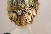 Kwiaty we włosach potargał wiatr