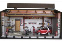 Diorama Carro Smart Escala 1:24 / Tam. 44 L x 20 P x 21.5 H Diorama encerado com carnaúba, iluminação embutida com leds superior central e tbem separados direito e esquerdo, e leds azuis na parte superior fundo,3 interruptores, fonte 110/220v . Esc 1/24, peças de plastimodelismo, recicladas de aparelhos eletrônicos, tv, som, relógios, bijuterias, madeira balsa, biscuit. Criação e impressão digital para quadros, papel de parede, livros, jornal, rótulos e piso. Vidro superior articulado e frontal removível.