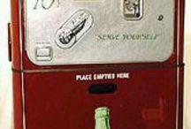 El Mundo y Cocacola.- / Muchos años tiene esta compañía que vende su producto estrella por todo el planeta.