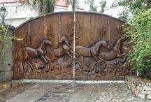 bancos y tallados de caballos