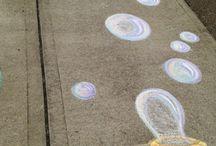 Malby křídou na chodníku