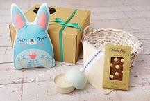 Semn de Sărbătoare / Lucrurile din cutia pentru Paște sunt creații autohtone, lucrate cu migală și cu gândul de a aduce bucurie celui ce le va avea în grijă.