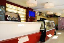 Bar Gelateria Eiscafè Gino ( Neustadt - Germania ) / Arredamento per bar gelateria Eiscafè Gino a Neustadt in Germania. Arredi su misura e vetrina gelateria linea Kuadra di Emmelle Arredamenti. http://www.emmellearredamenti.com/project/gelateria-eiscafe-gino-2/