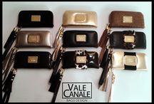 BILLETERAS VC / BILLETERAS 100% de cuero, con herrajes de fundición bañados en oro Billetera tipo sobre, con correa desmontable, y capuchón con flecos en el cierre. En su parte interna posee,  porta tarjetas con capacidad para  8, triple división para  billetes  y monedero con cierre. TIENDA ONLINE: http://www.valecanale.com.ar/#!/categoria/11/pagina/0/ FAN PAGE: https://www.facebook.com/ValeCanaleBagsDesign TWITTER: @valecanalebags