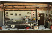 Diorama Oficina Carro Ford 1949 / Tam 50L x 21P x 26H. Em mdf reciclado com cera em Carnaúba. Escala 1/18. Elaborado com peças de plastimodelismo, carro e personagens importados, peças recicladas de aparelhos eletrônicos, relógios e bijuterias. Com caixa de ferramentas com tampa para acondicionamento de mensagem pessoal  no caso de presente. Criação e impressão digital para quadros, papel de parede, livros, jornal, rótulos e piso. Vidro superior articulado e frontal removível.