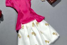 Conjunto Primavera Em Flor / Clássico de Duas Peças  Top e saia  Blusa de manga curta Fechamento com zíper exposto nas costas Pode ser usado separadamente Flores da saia bordadas com fios de ouro