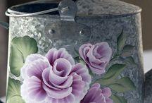 rose su innaffiato latta