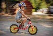Rowerek biegowy Puky LR / Produkowane w Niemczech rowerki biegowe Puky LR wyróżnia nisko prowadzona rama z charakterystycznym podnóżkiem, regulowana wysokość kierownicy bez blokady skrętu, bezpieczne, harmonijkowe zakończenia uchwytów kierownicy w większych modelach oraz zabudowany hamulec (prócz LR XL). Puky produkuje 3 modele rowerków biegowych. Najmniejszy rowerek biegowy Puky LR M o regulacji siodełka 30-40 cm, średni rowerek LR 1L o regulacji siodełka 35-45 cm, oraz LR XL o regulacji siodełka 41-51 cm.