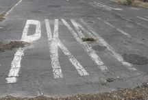 Drewitz Dreilinden Autobahn Checkpoint Bravo  –stillgelegte und ehemalige Autobahn Berlin Dreilinden / Ein Spaziergang, der uns zurück bringt in die Wälder und in die Natur in einer Zeit als Deutschland noch geteilt war.Ratschläge zum Erkunden dieser verlassenen Fläche und zum Wiederentdecken die Spuren der Vergangenheit