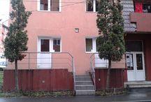 Imobil de vanzare / SUPER REDUCERE !!! 34.000 euro Apartament de 3 camere in Petrosani, zonă ultracentrală la câteva sute de metri de Primărie, Poliţie, Judecătorie, Casa Locală de Pensii, Casa Studenţească, 5 bănci, Parcul Carol Schreter, şcoală generală, firme de asigurări, şcoală de şoferi etc.  Suprafaţa apartamentului este de 60 mp.  Spaţiul este ideal pentru sediu de firmă, birouri, salon cosmetica, cabinet medici sau avocati. Tel. 0722-749191 www.facebook.com/spatiu.comercial.Petrosani