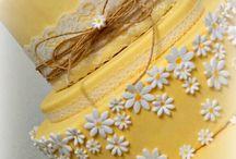 Wedding Cake Yellow Shabby Chic / Uno stile romantico, il colore pastello del giallo, un motivo floreale delle margherite, pizzo e merletto : lo stile shabby chic! Uno stile d'altri tempi crea un'atmosfera di infinita dolcezza... Una wedding cake farcita con frutti di bosco freschi e una mini wedding cake per la sposa celiaca...#weddingcakeyellow #weddingcake #wedding #yellow #castelliromani www.torteamorefantasia.com