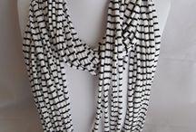 kettingen en armbanden maken / Het maken van armbanden en kettingen van verschillend materiaal zoals kralen,papier,knopen etc.