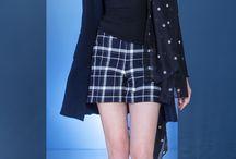 Swiss Lounge Couture / Ob Ready-to-wear, Loungewear oder Bodywear - mit BLUE LEMON kommen Sie immer stilvoll durch den Winter. Coole Schnitte, moderne Silhouetten und feinste Stoffe wie Baumwolle, Modal und Seide, die nicht nur gut aussehen, sondern sich auch so anfühlen - dafür steht die Schweizer Marke BLUE LEMON. Entdecken Sie urbanen Chic, Komfort und Style für den anspruchsvollen Individualisten in sich.