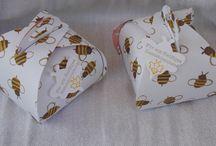 Werke aus Papier für Imker und Honigliebhaber / Hier zeige ich kleine Honigverpackungen. Geschenke für Imker.