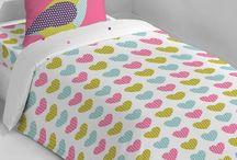 La déco s'invite au lit ! / On passe minimum 8 heures au lit (pour les plus chanceux) par jour. Alors autant avoir un lit beau et confortable. On vous y aide avec avec des housses de couette et les coussins trop beaux.