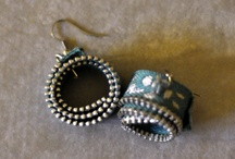 eco fashion jewels / Eco-fashion is a term that used for clothing, footwear, and accessories made from recycled products in order to protect our Planet. Recycled fashion may come in a number of different forms, in particular for accessories. Since the 1990s, many companies began to recycle items to create earrings, necklaces, bracelets, rings, belts and handbags. From recycled gold to recycled paper, everyone can create beautiful and creative eco jewelry by reinventing what was old or unusable.