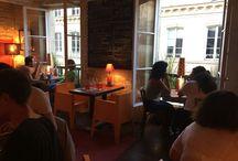 Notre resto... / Notre restaurant vous accueille sur 3 salles avec une petite salle cosy chaises et tables de brocantes, une première salle face au comptoir avec chaises hautes, tables hautes et une salle à l étage chaises confortables deco retro.