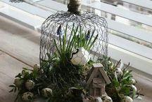 Voorjaar / Korf van gaas met mos blauwe druifjes en eitjes