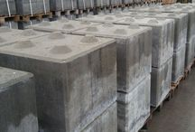 Bloki betonowe / Tablica prezentuje klocki betonowe zwane blokami betonowymi.