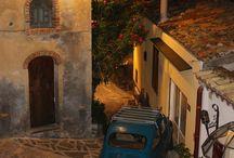 Castelmola / Castelmola è un piccolo e ordinato borgo tipicamente Siciliano; Le casette di pietra locale tra le viuzze silenziose, ti osservano come ad indicare piccoli panorami segreti, nascosti nelle piazze interne del paese.