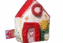 Hanging Houses with music: musicboxes / Huisjes die muziek maken, zoals muziekdoosjes / houses with music