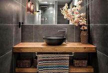 Baño con baldas de madera