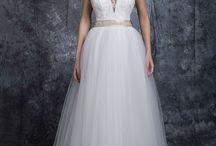 Colecția 2016 ♡ INES / Transparența – este detaliul principal al colecției INES, Casa Vogue Mariage, aducând rochiei acel plus de finețe, îmbinată cu un strop de senzualitate.  Design-ul rochiilor din colecția INES îmbină armonios stilul modern cu cel clasic, astel încât să fie potrivite și ușor adaptabile mai multor tematici de nuntă.