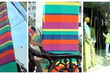 TOTEM DE LA ALEGRIA / Las urbes tienden a uniformarse en un color gris, en un blanco pálido, en tonalidades pardas, terrosas, y de vez en cuando algún apagado rojo ladrillo, por eso hoy decidimos que nuestro barrio, con nuestro espíritu de artista plástico, se volviera colorido, decidimos mostrar con la vitalidad de un arco iris que la alegría y la ilusion es posible en esta agitada ciudad, que somos capaces de romper inesperadamente con la monotonía tan solo con desearlo.